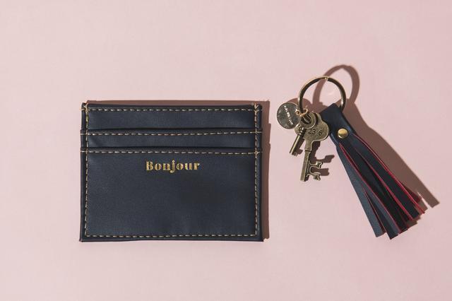 画像: クラッチバッグに鍵とクレジットカード、そしてリップスティックを1本忍ばせたら出かける準備はOK!
