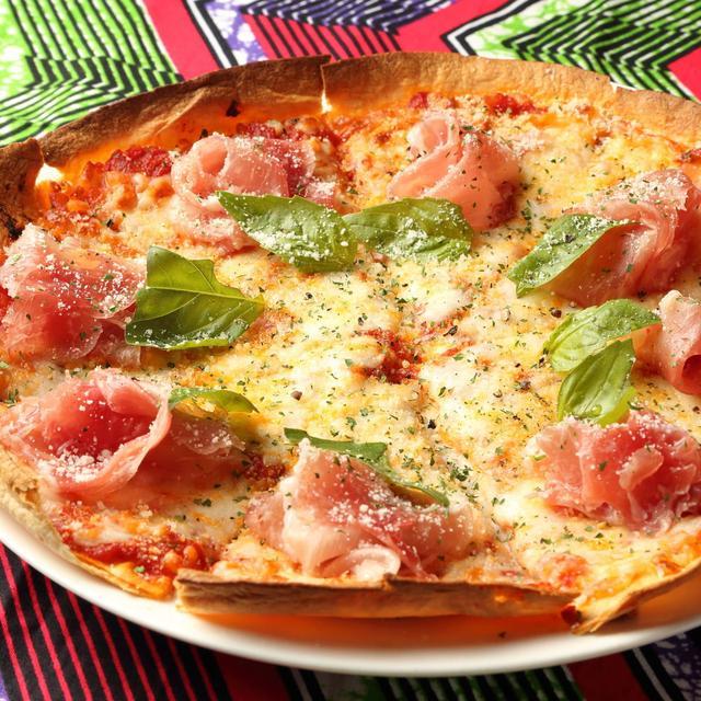 画像: 生ハムとモッツァレラチーズのピザ 950円 サクサク薄焼きクリスピー仕上げ
