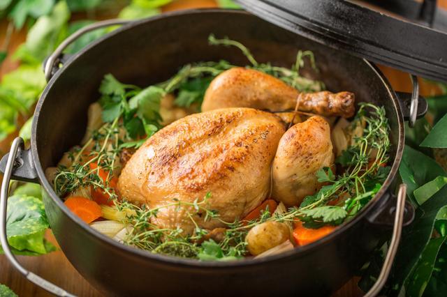 画像: ダッチオーブンで仕上げる丸鶏のロースト