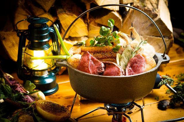 """画像5: この夏SNSで話題の""""グランピング""""料理を堪能!ダッチオーブンで旨味溢れる肉料理を体験"""