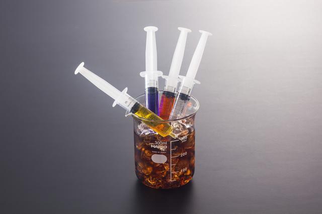 画像: 「新薬モニター」 注射器の中身はジン・ウォッカ・ラム・テキーラ。