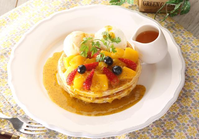 画像: クア・アイナオリジナル、ふわふわ食感のパンケーキ。アップルマンゴーやイチゴ、ブルーベリーなど色とりどりのフルーツとエスプーマを使用したふわふわのマスカルポーネムースは相性抜群。ベルギーの高級ブランドGlacioのリッチなマンゴーソルベも使用し、見た目も華やかで贅沢な味わいが楽しめます。是非ご賞味下さい。