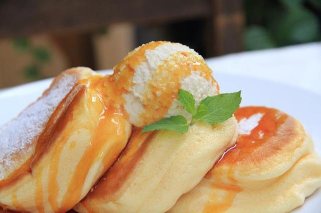 画像: 『幸せのパンケーキ』 ベイキングパウダーを使わず『自然の力』と、特殊な焼き方によりフワフワに仕上げた看板メニュー。自家製のマヌカハニーのホイップバターでお楽しみいただけます。 価格:1,100円(税込)