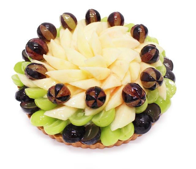 画像: 白桃とぶどうのケーキ 【ベース:マスカルポーネ】 芳醇な香りの白桃と、ジューシーな2種のぶどうをあわせて美しく飾りました。みずみずしく甘い人気のフルーツのコンビネーションをお楽しみください。