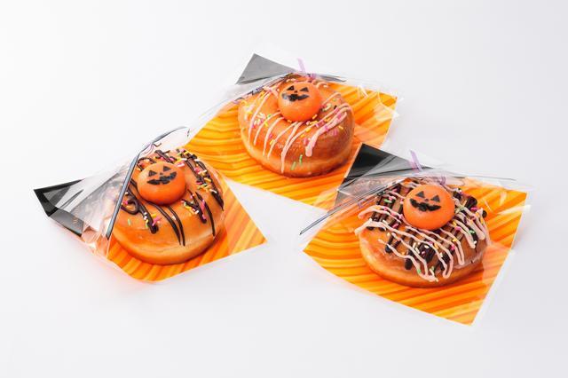 画像: ハッピードーナツ 各390円【ピット・ストップ・ジュース・アンド・ドライブ】 チョコレートなど3種類のコーティングから選べます。上にはジャック・オ・ランタンをモチーフにしたお餅が乗っています。