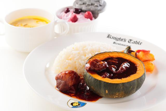画像: まるごとハロウィンパンプキンシチューセット 2400円【ナイト・テーブル・レストラン】 かぼちゃの器に入ったビーフシチューと、かぼちゃのスープ、プチデザートのチョコレートブラウニーがついたセットプレートです。