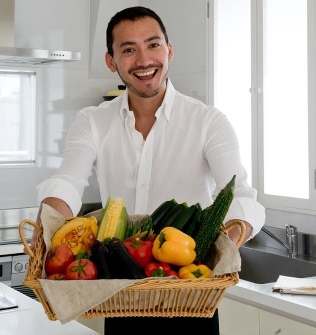 画像: Instagram: https://www.instagram.com/bellissimoyoshi/?hl=ja 渡航先:セブ島(フィリピン) 情熱トラベルテーマ:料理教室体験でセブ島独自の料理を学ぶとともに、屋台やレストランを回り現地の食材を楽しむ。 イタリア、ローマ出身。料理研究家として数々のテレビ出演、クッキングショー、講演、料理イベント出演などで活躍中。国内外レストランやホテルのコンサルティング。伝統を守りながらも現代の食卓に合うような新しいグローバルスタンダードを目指し、イタリアと日本の経験やアジアの様々なアイディア等を活かし世界中で受け入れられやすいイタリア料理を作る。現在は、料理の分野を超えて、イタリアと日本の文化の架け橋的な役割で活躍の幅を広げている。