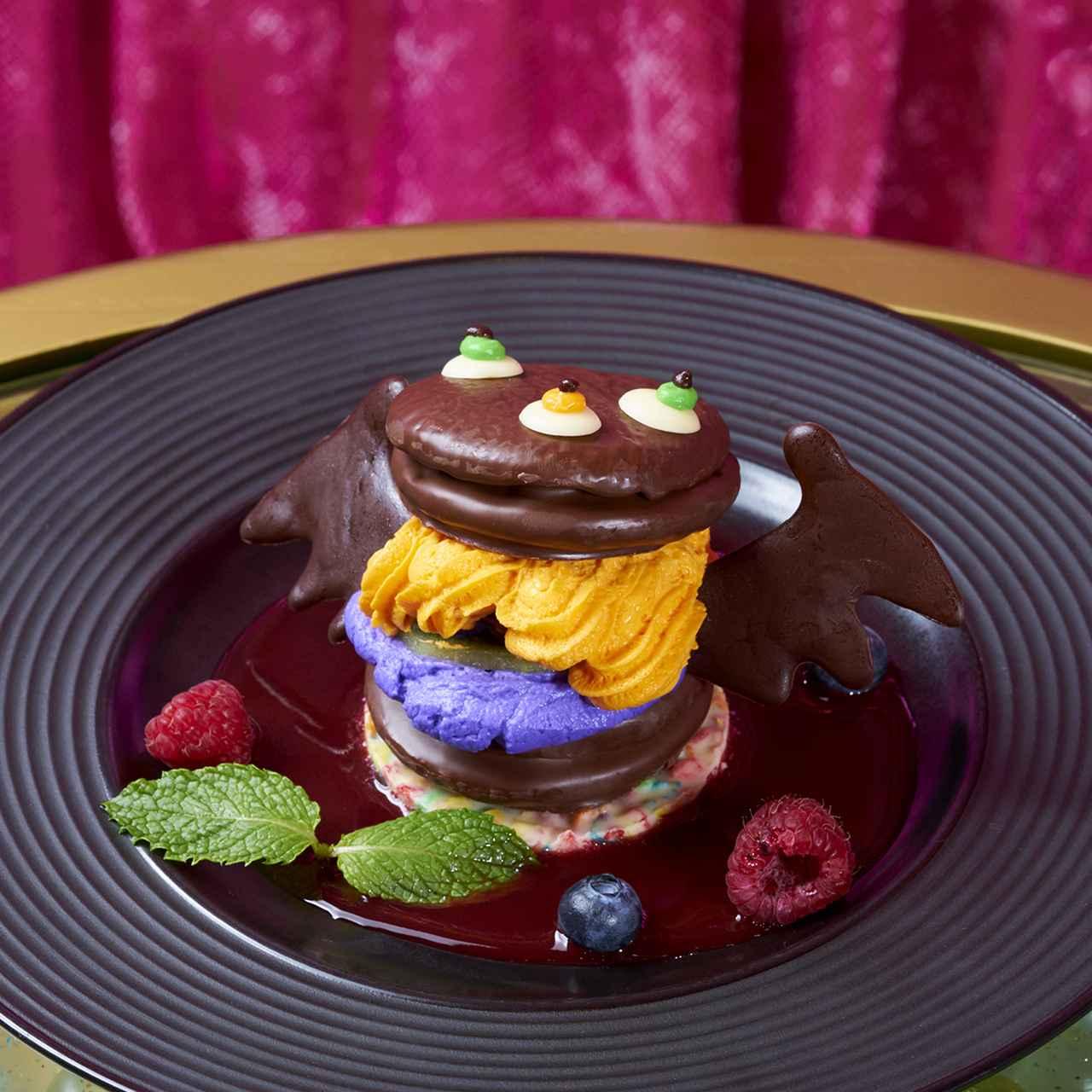 画像: こうもり CHOCOTTO モンスター ドリンクセット ¥1,580(税抜) 「チョコパイ」がハロウィンの宴に誘われコウモリになって登場!オレンジのフレーバークリームを「チョコパイ」でサンドし、苺、ブルーベリー、ラズベリー、キウイを散らした一品。