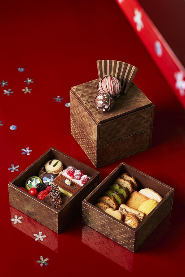 画像: <オリジナルチョコレート> 雅叙園に今でも息づく江戸文化の華やかさをペストリー料理長 生野 剛哉が現代の技で表現(つないだ)したオリジナルチョコレートです。「手毬チョコ」は、ガナッシュクリームを和柄のチョコレートで彩りました。大きな手毬はヘーゼルナッツの風味を、小さな手毬は抹茶ガナッシュの中でふんわりと香る桜の葉の風味をお楽しみいただけます。 「玉手箱」は、かつて豪華絢爛な建物にちなみ「昭和の竜宮城」と謳われたことからイメージして作った一品です。重厚感ある仕上げのチョコレートで作られた玉手箱の中には、和柄のマカロンボンボンショコラなどを贅沢に詰めました。 手毬チョコ ¥3,000 ※要予約(3日前まで) 玉手箱   ¥18,000 ※要予約(3日前まで)