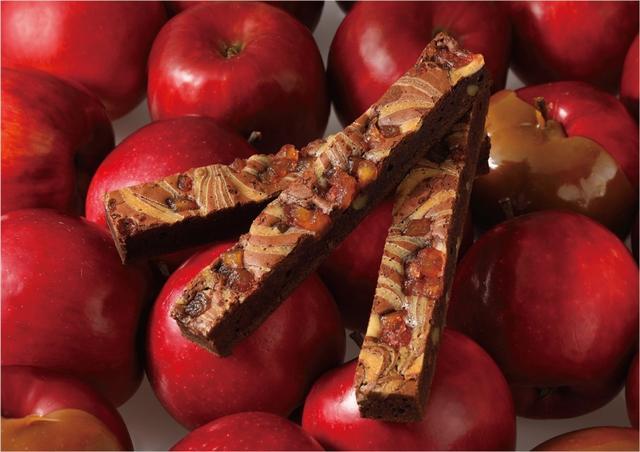 画像: 厳選した3種類のクーベルチュールチョコレートをブレンドした生地に、林檎とキャラメル、くるみを練り込みカルバドスでより林檎の風味を引き立てました。シャリッとしたドライ林檎を食感のアクセントにお楽しみ頂けます。上品な林檎の香りとほろ苦いキャラメルの絶妙なハーモニーをご堪能ください。