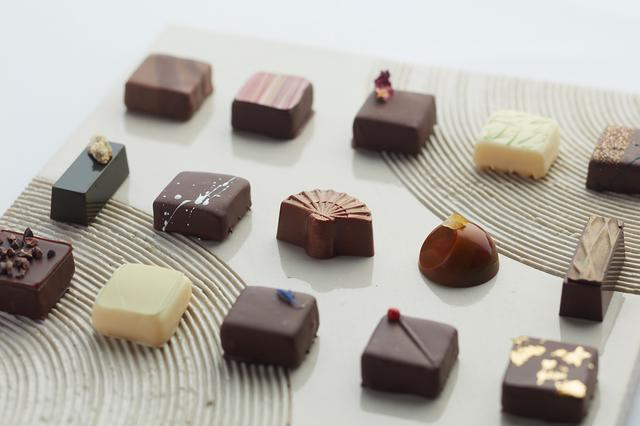 """画像: <ショコラ> ◆ボンボンショコラ """"ケーキのようなチョコレートを作りたい""""というシェフの思いから、プティガトーのような味わいを小さなチョコレートで表現しました。和の食材をふんだんに取り入れ、素材の組合せによって生み出された「厚さ1cmの芸術」をお楽しみください。 ピスタチオ ¥370/山椒 ¥370/木苺 ¥370/柚子 ¥370/ カルヴァドス ¥370/抹茶酒粕 ¥320 モルトウイスキー ¥370/ 黒糖キャラメル ¥320/オレンジノワゼット ¥320/ トロピカルペッパー ¥320/カシスフィグ ¥370/ライチローズ ¥370/ 紫蘇 ¥320/ローズマリー ¥320/生姜 ¥320/ セーデルブレンドティー ¥320/ ショコラ5個入 ¥2,000/ショコラ8個入 ¥2,800"""