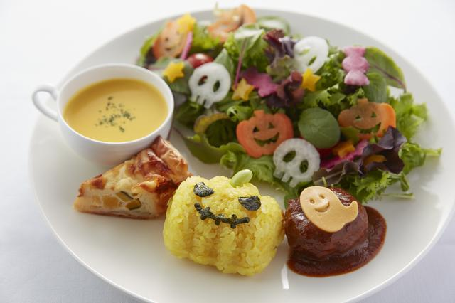 画像: ハロウィンプレート かぼちゃ味のスープやキッシュ、かぼちゃ形に模られたターメリックライスをメインに、ドクロやかぼちゃ、キャンディや星の形にした野菜とともに、ハロウィンの雰囲気を味わっていただけるプレートです。 ・料金:¥880 ・期間:10月16日(月)~10月31日(火)
