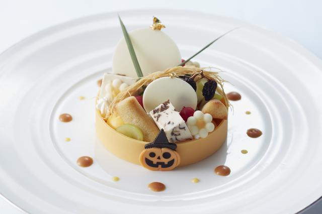 画像: Roue de Citrouille (ルーデ・シトロゥイエ かぼちゃの輪) ジャック・オー・ランタンのモチーフが愛らしいハロウィン仕様のかぼちゃのムースとラム酒が香るラムレーズンのクリームを合わせて、アーモンド風味のフィナンシェと一緒に味わっていただくスイーツです。マスカットやカダイフをあしらい、ロマンチックに仕上げた期間限定スペシャルメニューです。 ・料金:¥1,000  ※税金・サービス料込 ・時間:11:00 a.m ~ 7:00 p.m(L.O 6:30 p.m) ・期間:10月1日(日)~10月31日(火)