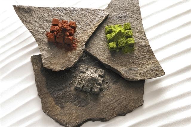画像: ◆生チョコレート フレーバーパウダーを石庭の白砂に見立てた枯山水シリーズは、パウダーをふりかけてご賞味いただくスタイル。石甃シリーズは四角く敷き詰められた石畳をイメージした生チョコです。絶妙な素材の組合せをお楽しみください。 ・枯山水・薄墨(黒胡麻和三盆)  ¥2,000 ・枯山水・新緑(東京抹茶)    ¥2,000 ・枯山水・赤銅(モルトウイスキー)¥2,000