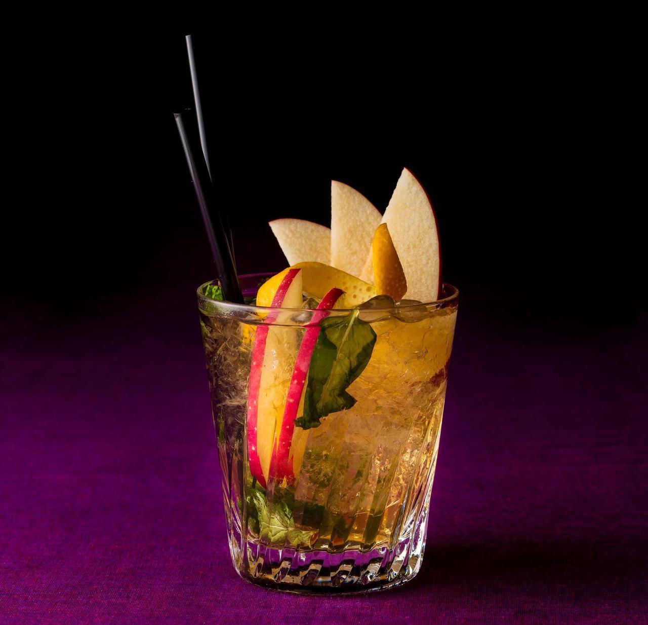 画像: 【ジャック ハロウィン カクテル】2,257円 熟成した香りが魅力のウィスキーがベースのカクテルです。キャラメルシロップの甘さとリンゴの香りとジンジャーのアクセントを添えてご提供いたします。フレッシュのリンゴとオレンジ、ミントを添えて。