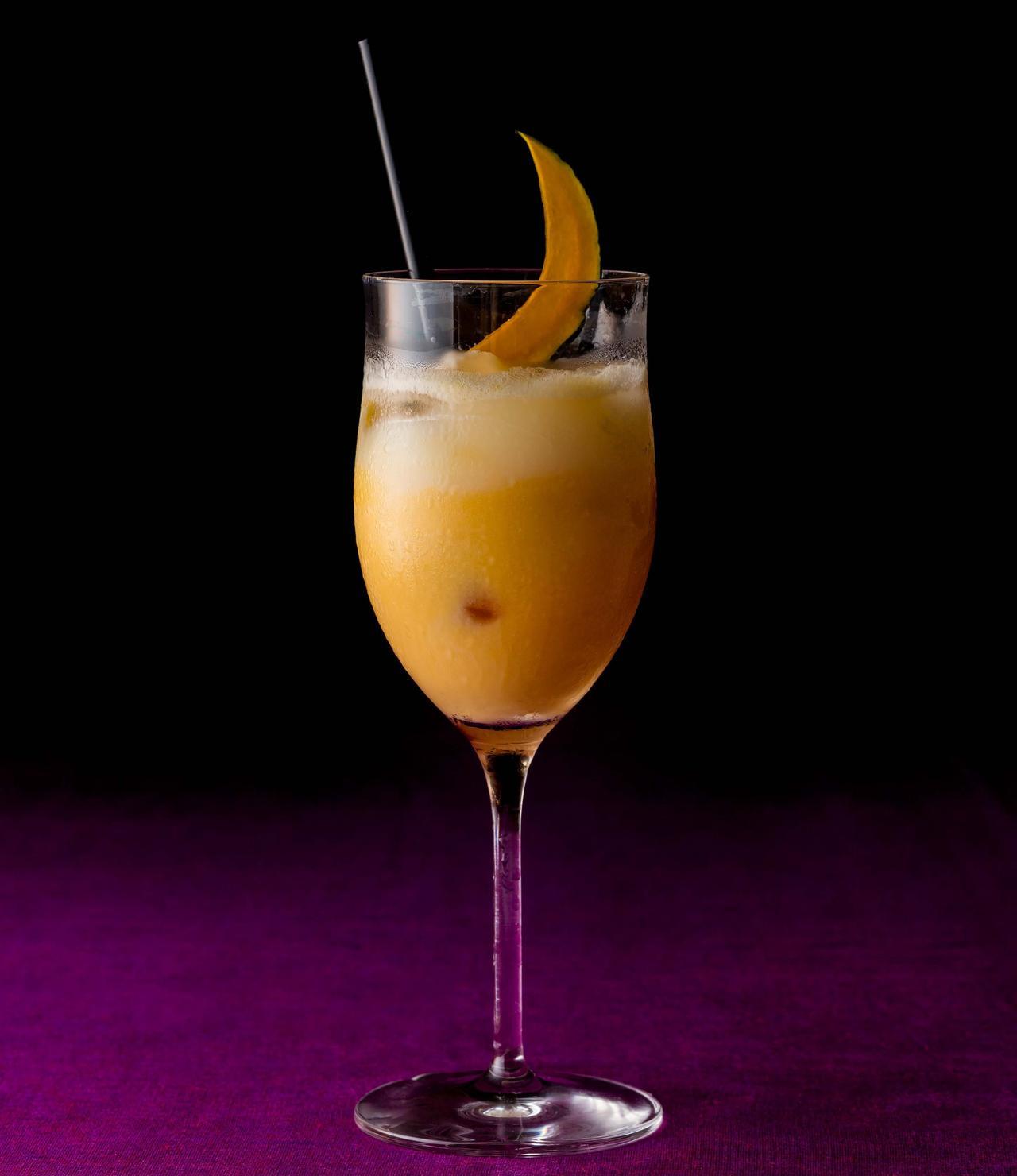 画像: 【パンプキン カクテル】2,257円 丁寧に裏ごししたカボチャに、卵のリキュールのなめらかさとラム酒の香りを加えた作品。とろける口当たりに秋の深まりを感じるカクテル。大人のハロウィンにおすすめです。