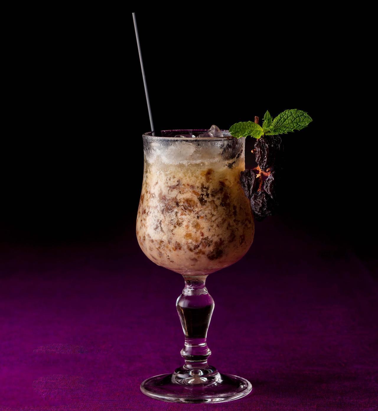 画像: 【ラム レーズン カクテル】2,257円 アイスクリームやクッキー等のフレーバーとしても人気の「ラムレーズン」がカクテルに。ミルクのクリーミーな口当たりの中からバニラの香りがあふれ出るサプライズカクテル。シックなデザインが大人の時間を演出してくれます。