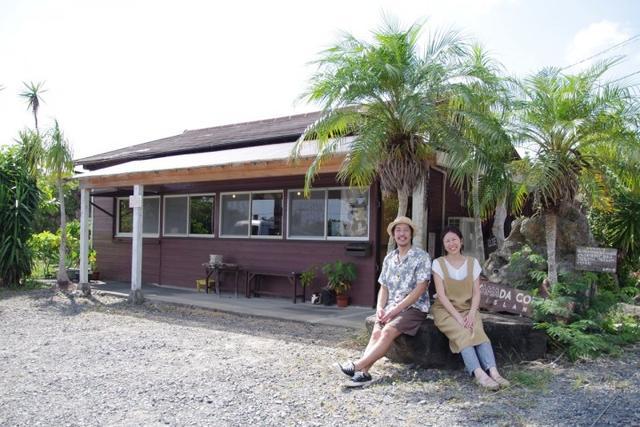 画像: 【山田珈琲 Amami Islandについて】 山田珈琲は代表の山田 拓郎(奄美大島2世)と妻の臣代が大阪から奄美大島に移住し、2013年9月に立ち上げました。奄美大島を中心に自家焙煎したコーヒー豆の販売や観光客向けのコーヒースタンドを展開しています。 店舗が奄美空港に近いため、島外からの観光客も数多く集まる人気スポットになっています。