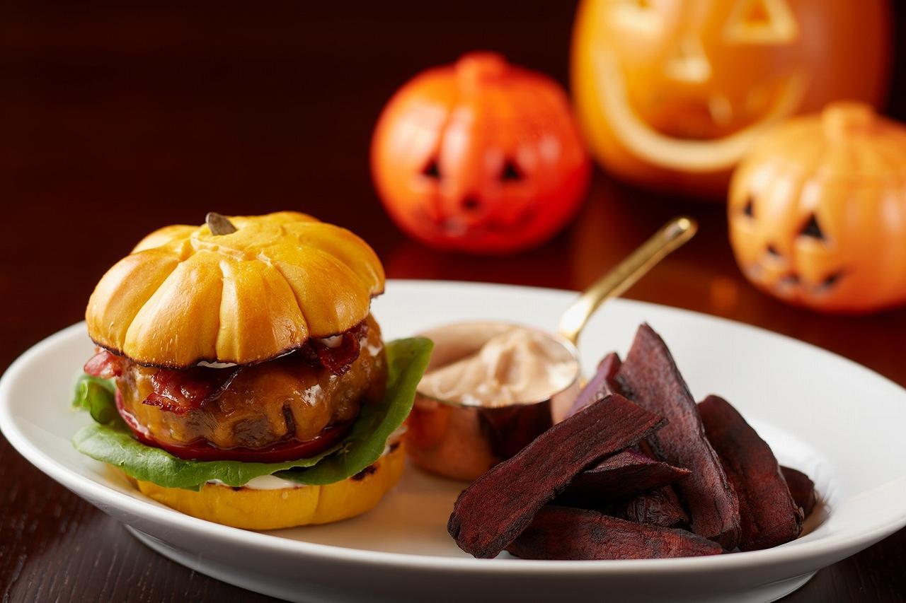 """画像: 10月:ハロウィンにちなんだ""""かぼちゃ型""""! 特製バンズが可愛いらしい 「パンプキンバーガー」"""