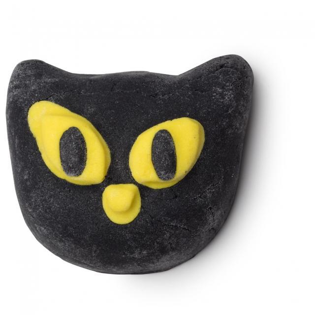 画像: 『ビウィッチド』(バブルバー) ¥850 (税込) / 100g 魔女のつかいとしてハロウィンのシンボルにもなっている黒猫のキュートなルックスが目を引くバブルバーは崩してしまうのがもったいないくらい。この時期だけの特別なバスタイムを楽しんでみてください。