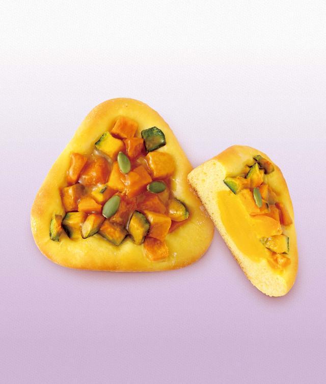 画像: 秋のかぼちゃ畑 本体価格¥250(税込価格¥270) 生地にもトッピングにもかぼちゃを使用した、かぼちゃづくしの一品。トッピングの栗かぼちゃのしっかりとした食感が印象的。モンブラン 本体価格¥240(税込価格¥260) *販売期間:10/1(日)~10/17(火) バターの風味豊かな生地に香ばしい味わいの和栗あんを包み、焼き上げました。栗の甘露煮とチョコをあしらい、贅沢に仕上げました。