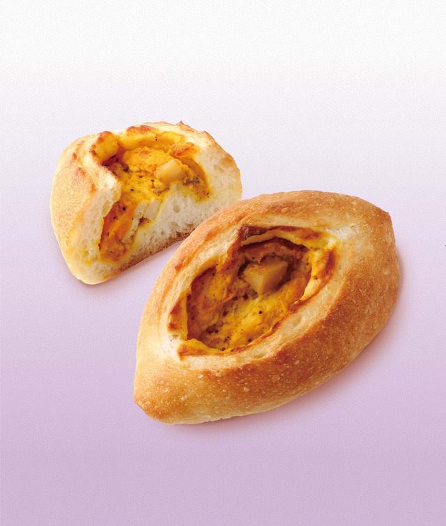 画像: 赤皮栗かぼちゃとジューシーチキン 本体価格¥300(税込価格¥324) モッチリとしたフランスパン生地に、赤皮栗かぼちゃとチキンを包みました。ブラックペッパーがかぼちゃの甘みを引き立てます。
