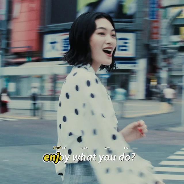 """画像2: 渋谷のスクランブル交差点で、リムジンで、カラオケで…三者三様の""""口パク""""をチェック"""