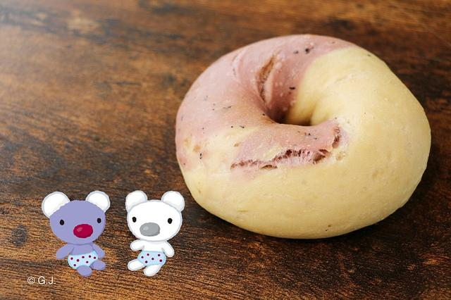 """画像: ペネロペベーグル 紫いも&プレーン‐黒豆‐ ペネロペの双子の弟と妹""""タータとフィーフィ""""をイメージして、紫いもとプレーンの2色の生地を使用しているマーブルベーグル。黒豆のほんのり優しい甘さもお楽しみください。 特定原材料/小麦 ¥350-(税込)"""
