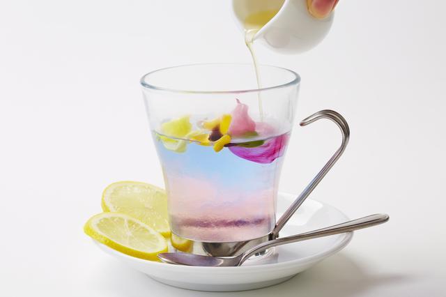 画像: 【恋するレモンティー】 580円(税抜) お花の入ったマロウブルーハーブティーにレモンシロップとレモンスライスをトッピングしました。 お好みの量でシロップを注げば、まるで恋をしたようなピンク色に変化!レモンスライスを入れてお楽しみください。