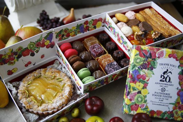 画像: 20th Anniversary ~PARTY BOX~ ご予約のお客様のためだけにお作りいたします。 12種類の焼菓子を3段重ねの20周年特製BOXにつめた、PARTY BOXが完成しました! 1段目には、パウンドケーキやマドレーヌやサブレなど、 2段目には、マカロン、マロングラッセ、パートドフリュイなど、 3段目には、焼きこみタルト、などなど、蓋をあけるとびっくり! 見て、食べて、味わって、写真を撮って! スイーツボックスですてきなひとときを。 本体価格¥5,500(税込¥5,940) 特定原材料 乳・卵・小麦を含みます。(一部お酒を使用しています。) PATISSERIE TOOTH TOOTH全店、オンラインショップにて10月10日より予約受付開始。