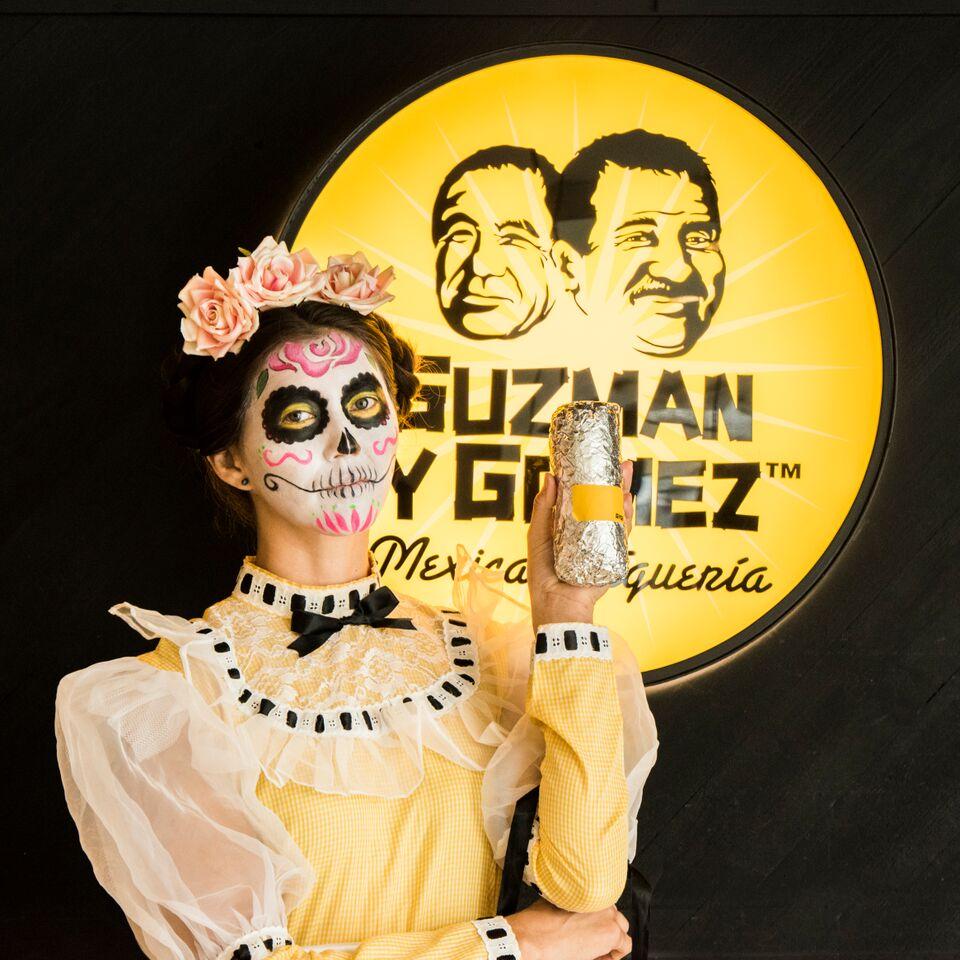 画像: Guzman y Gomez /2F 開催日時:10月31日(火) 15:00~20:00 世界の美しいフェスティバルTOP10に選ばれているメキシコの「Dia de Muertos」を開催!「Dia de Muertos」は死者の日といわれ、死を恐れるのではなく、むしろ可愛く微笑ましいモチーフとして崇めるメキシカンハロウィンです。当日店舗にて商品を購入されたお客様には、無料でカトリーナと呼ばれるガイコツをモチーフにしたフェイスペインティングを体験いただけます。 また、10月23日(月)~10月31日(火)の期間、店内にて、メキシコの伝統切り絵「パペルピカド」やカラフルなガイコツをあしらった祭壇などの特別な装飾を展開いたします。 この機会に、メキシカンハロウィンをお楽しみください。