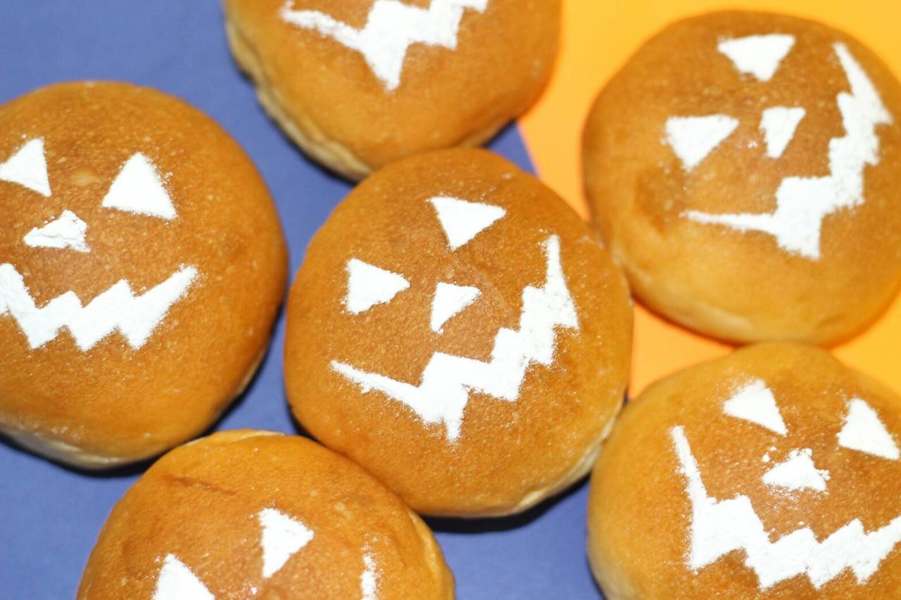 画像: 生クリームあんぱん 原宿 /2F かぼちゃあん 324円(税込) かぼちゃのあんこを使ったかぼちゃのあんぱん。かぼちゃの甘さと、生クリームの甘さが絶妙で品良く仕上がりました。あんぱんをかぼちゃに見立てた小さなパンプキンを見て、飾って、食べて楽しんでいただけます。