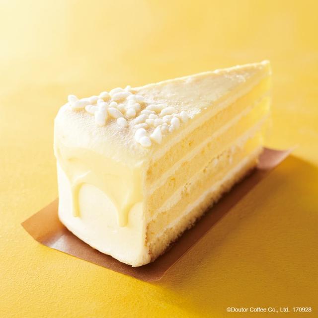 """画像: 商品名:国産甘酒仕立てのホワイトチョコレートケーキ 販売価格:480円 米麹を使用した甘酒パウダーとホワイトチョコレート、ホイップをあわせた""""ホワイトチョコレートホイップクリーム""""にホワイトチョコクランチを混ぜ、スポンジ生地でサンドしました。さらに、表面を甘酒パウダー入りのホワイトチョコグラサージュでコーティング。ホワイトチョコレートを使用することで、甘酒の味わいをよりまろやかに仕上げた新作スイーツです。"""