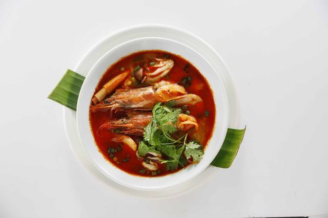 画像: 「天使の海老とトムヤムクン」1,200円 天使の海老の旨味がたっぷり。海老追加(1本200円)もできます。世界三大スープの一つ。