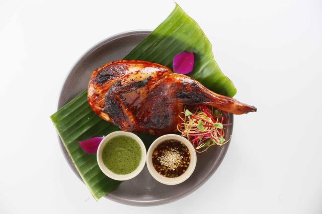 画像: 「ガイヤーン」1,800円(半身) 特製のタレに漬け込んだ丸鶏をじっくりグリル。ナムチムジャオなどの自家製ソースにつけて。