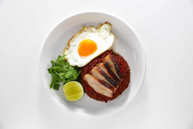 画像: 「ギンカーオ炒飯」1,300円 豚肉とブラックソースの香ばしい炒飯。目玉焼き添え。