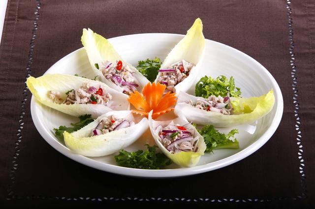 画像: 「ムータクライ」840円 レモングラスが効いた豚挽肉は、ピリ辛なのに爽やかな味わい。チコリーなどの野菜と一緒に。