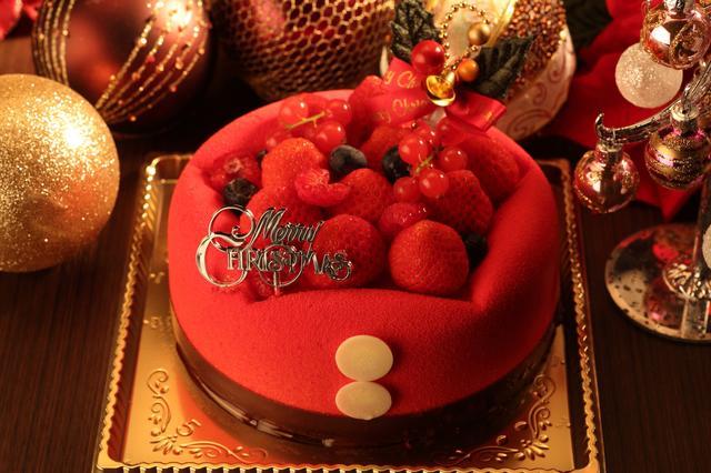 画像: ペール・ノエル 5号 (15cm)  5,400円 サンタクロースをモチーフに、遊び心たっぷりで目にも愉しめる愛らしいデザインに仕上げたケーキ。贅沢にあしらったベリーはまるで宝石の様に華やか。きっとクリスマスムードを高めてくれることでしょう。イチゴのムースとバニラのムースの組み合わせに少しほろ苦いキャラメルクリームがアクセントとなり、味を引き締めます。