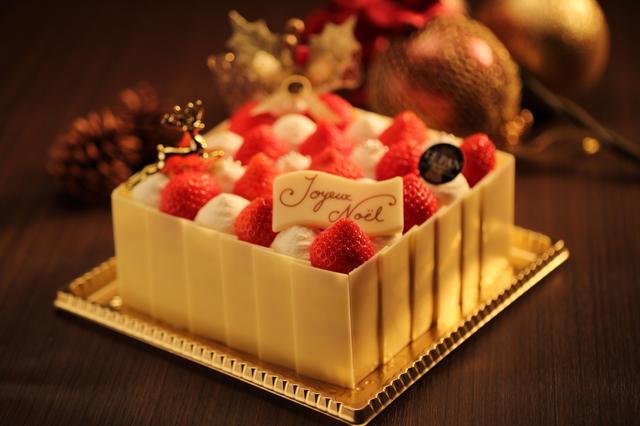 画像: ノエル・フレーズ 4号 (10.5cm x 10.5cm)  3,780円 / 5号 (13.5cm x 13.5cm)  4,860円 ル・パンオリジナルのイチゴのショートケーキを可愛らしいクリスマスケーキに仕上げました。その質の高さで知られる兵庫県姫路市夢前町産の「七福卵」と兵庫県産小麦粉を100%使用して焼き上げたふわふわのスポンジに、甘酸っぱいイチゴと、口あたり滑らかで甘さ控えめな生クリームをたっぷりと使用しました。白雪をイメージした生クリームと、真っ赤なイチゴのコントラストが色鮮やかなクリスマスケーキです。