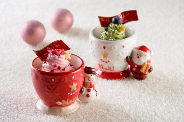 画像: ・右:『サンタ・カップ』 ピスタチオのムースの上にツリーに見立てたピスタチオ風味のクリーム。 ・左:『スノーマン・カップ』 苺のムースの上にピンク色のツリーに見立てた苺風味のクリーム。