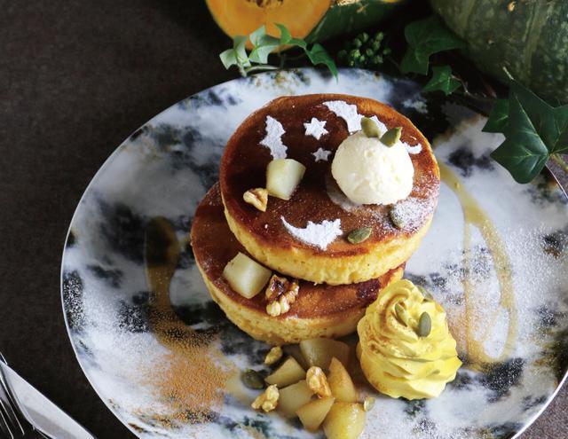 画像: 「かぼちゃクリームと洋梨のハロウィンパンケーキ」 single 950yen / double 1,330yen なめらかなかぼちゃクリームと、食感を残したジューシーな洋梨とクルミのメープルマリネが主役のハロウィン限定パンケーキが登場! ヘーゼルナッツアイスとメープルシロップ、シナモンの秋の香りを一緒にお楽しみください。