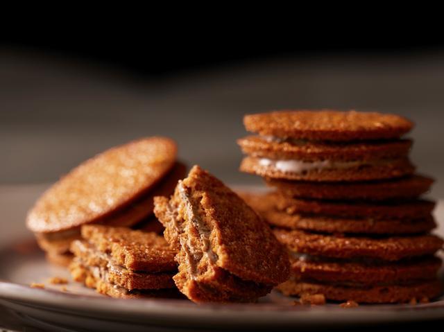 画像: キャラメルチョコレートクッキー キャラメル味のクッキーと紅茶の茶葉入りのキャラメルチョコレートを5層で仕立てた、サクサク感が特徴のクッキーです。 5個入:810 円 (税込)  10個入:1,620 円 (税込)  15個入:2,430 円 (税込)