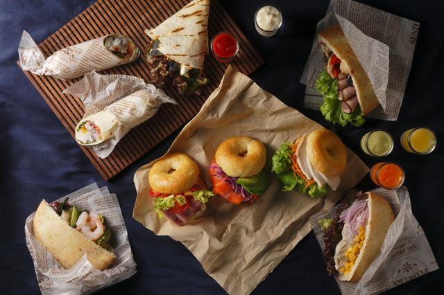 画像: <自分好みにカスタマイズ・サンドイッチ> サーモン、海老、ローストビーフ。お好みの具材をお好きなパンにサンドして、自分流にカスタマイズ。