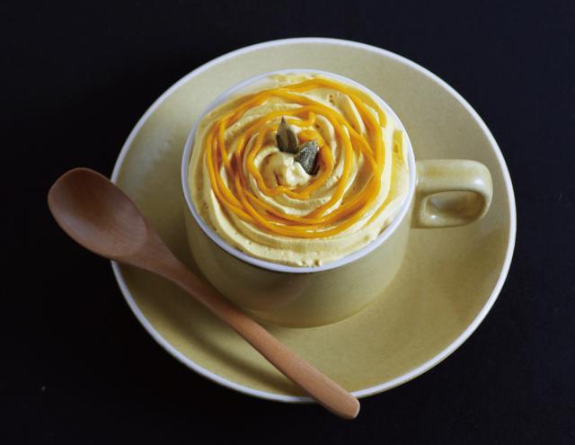 画像: 「パンプキン・オーレ」 690yen とろーり濃厚なかぼちゃペーストと、自然な甘みのかぼちゃクリームが二層になった、 シナモンが香るほっこりカフェオレ。