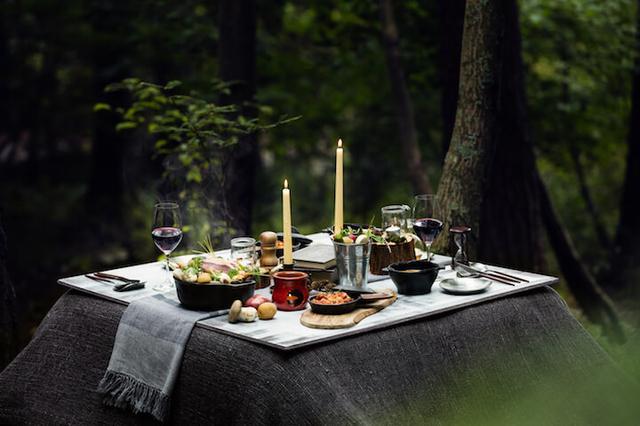画像: 冬でも快適なアウトドア空間でダッチオーブンを使って食べる