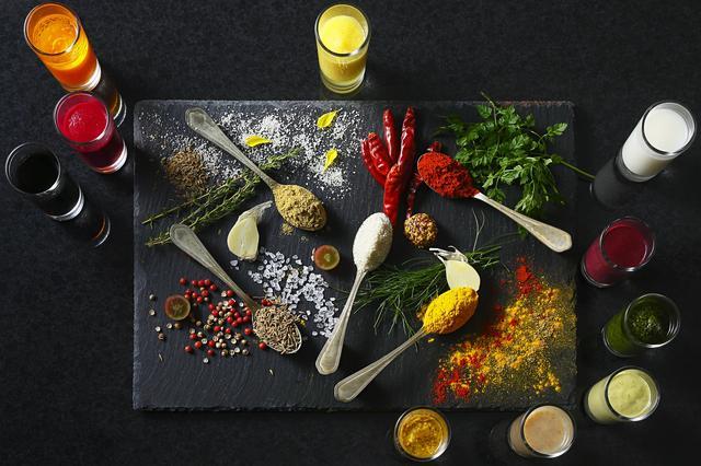 画像: ■フルーツや野菜を使用した約10種のオリジナルソース フルーツやBIO野菜(有機野菜)などを使用した、ピンクやオレンジの色彩あふれるオリジナルソース約10種に加え、こだわりのソルトやオイルなど、コンディメントを豊富にご用意。お肉にお魚、お野菜、サンドイッチと、様々なお料理をお好みの味へカスタマイズして召し上がっていただけます。