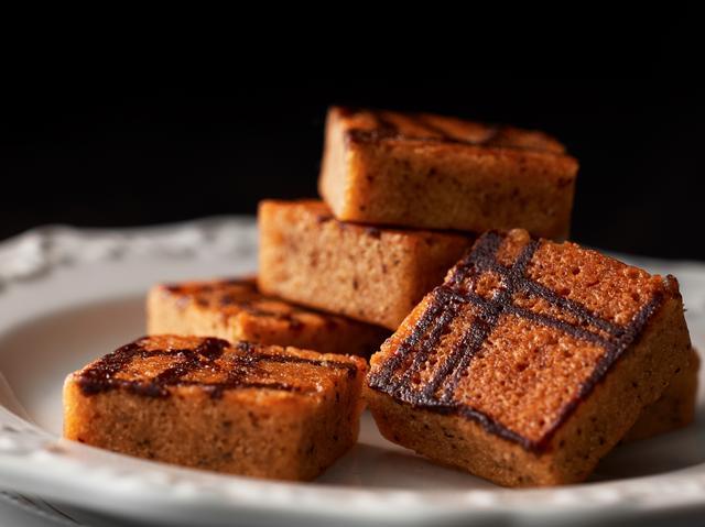 画像: キャラメルケーキ 生地にキャラメルをたっぷりと混ぜ込み、四角いキャラメルに見立てて焼き上げたケーキ。 しっとりとした食感をお楽しみ頂けます。 6個入:840円 (税込)  12個入:1,680円 (税込)