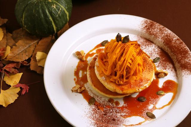 画像: 「パンプキンモンブランパンケーキ」 800円 かぼちゃクリームの中にはバニラアイスキャラメルのほろ苦甘いソースをからめてどうぞ。
