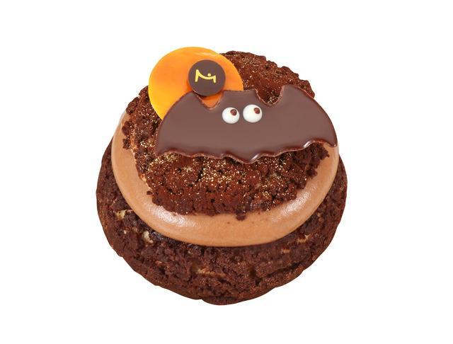 画像: 『ラ・メゾン・デュ・ショコラ』シュー ハロウィン 810円/1個<10月14日~数量限定> サクサク食感のクッキーシューの中にショコラシャンティーがたっぷり。中心には滑らかなチョコレートクリーム入りミニシューが入った、チョコレートづくしの限定シュークリームです。