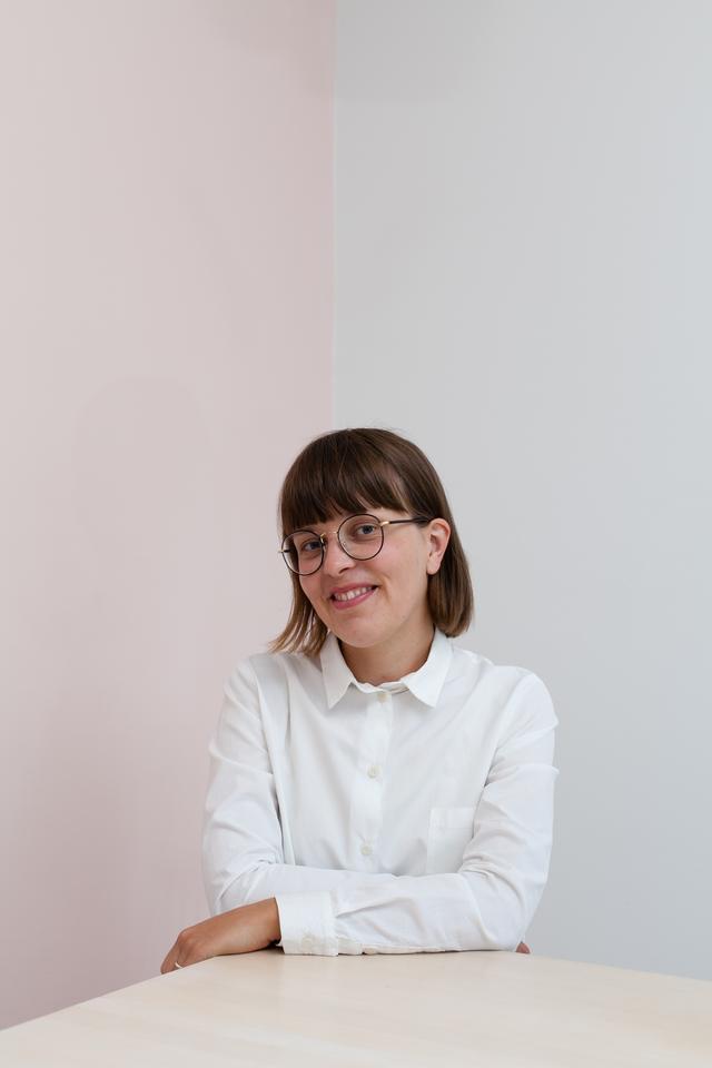 画像: ≪Hanna Konola(ハンナ コノラ)氏≫ フィンランドのヘルシンキにスタジオを構えるグラフィックアーティスト。ヨーロッパだけでなくアジア、アメリカなど世界中のクライアントへ、テキスタイル、パッケージデザイン、プロダクトデザイン、エディトリアル、空間デザインなどを提案、多岐にわたり活躍。常に自身の作品制作も行う。ライフスタイルでは新しいことにいつも目を向けながら何事にもチャレンジし、自身の作品へインスパイヤされている。